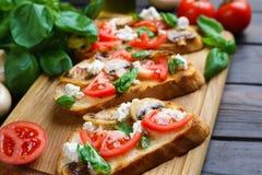 与切好的tomatoe的鲜美自创意大利开胃小菜bruschetta 免版税图库摄影