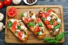 与切好的tomatoe的鲜美自创意大利开胃小菜bruschetta 免版税库存图片