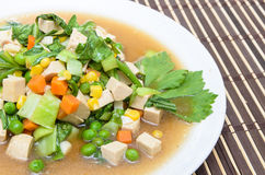 与切成小方块的猪肉球(泰国烹调)的油煎的混杂的菜 库存照片