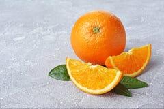 与切片和叶子的新鲜的成熟橙色果子 库存图片