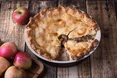 与切片和新鲜的苹果的苹果饼 免版税图库摄影