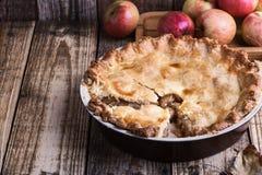 与切片和新鲜的苹果的苹果饼 库存照片