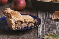 与切片和新鲜的苹果的苹果饼 库存图片
