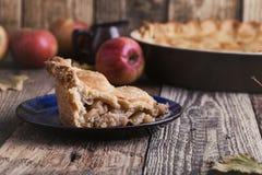 与切片和新鲜的苹果的苹果饼 免版税库存图片