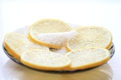 与切片和糖,茶匙的开胃柠檬 免版税图库摄影