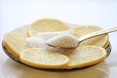与切片和糖,茶匙的开胃柠檬 免版税库存照片