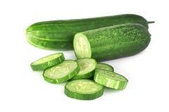 与切片孤立的新鲜的绿色黄瓜堆在白色 免版税库存照片