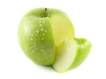 与切片的切的湿绿色苹果 免版税库存照片