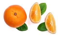 与切片的在白色背景的桔子和叶子 平的位置样式 顶视图 图库摄影