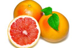 与切片的在白色背景的葡萄柚和叶子 库存图片