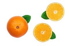 与切片的在白色背景隔绝的桔子和叶子 平的位置样式 顶视图 免版税库存照片