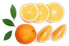 与切片的在白色背景隔绝的桔子和叶子 平的位置样式 顶视图 库存照片