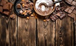 与切片的巧克力奶油 免版税库存照片