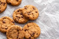 与切片的巧克力曲奇饼巧克力,在烘烤纸张,与拷贝空间 库存照片