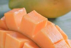 与切片的成熟芒果在香蕉叶子 免版税库存照片