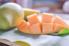 与切片的成熟芒果在香蕉叶子 免版税图库摄影