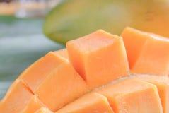 与切片的成熟芒果在香蕉叶子 库存图片