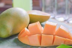 与切片的成熟芒果在香蕉叶子 库存照片