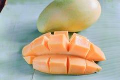 与切片的成熟芒果在香蕉叶子 免版税库存图片