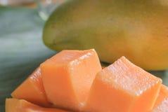 与切片的成熟芒果在香蕉叶子 图库摄影