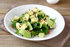 与切片的沙拉鲕梨和菠菜 库存图片