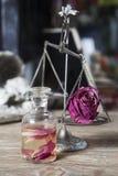 与切片的润肤水玫瑰 免版税库存照片