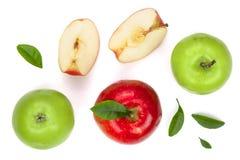 与切片的红色和绿色在白色背景顶视图的苹果和叶子 集合或汇集 平的位置样式 库存照片