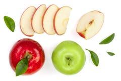 与切片的红色和绿色在白色背景顶视图隔绝的苹果和叶子 集合或汇集 平的位置样式 免版税库存图片