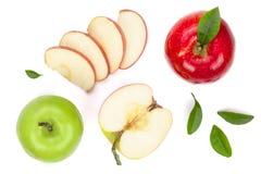 与切片的红色和绿色在白色背景顶视图隔绝的苹果和叶子 集合或汇集 平的位置样式 库存照片
