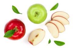 与切片的红色和绿色在白色背景顶视图隔绝的苹果和叶子 集合或汇集 平的位置样式 免版税库存照片