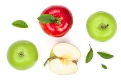 与切片的红色和绿色在白色背景顶视图隔绝的苹果和叶子 集合或汇集 平的位置样式 图库摄影