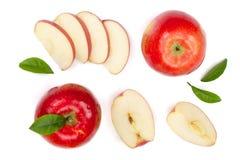 与切片的红色在白色背景顶视图隔绝的苹果和叶子 集合或汇集 平的位置样式 库存照片