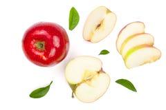 与切片的红色在白色背景顶视图隔绝的苹果和叶子 集合或汇集 平的位置样式 免版税图库摄影