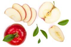 与切片的红色在白色背景顶视图隔绝的苹果和叶子 集合或汇集 平的位置样式 图库摄影