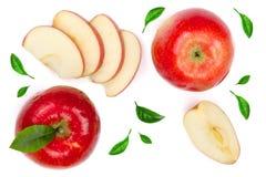 与切片的红色在白色背景顶视图隔绝的苹果和叶子 集合或汇集 平的位置样式 免版税库存图片