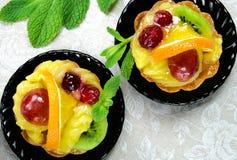 与切片的蛋糕新鲜水果 免版税库存照片