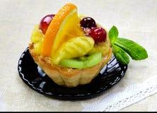 与切片的蛋糕新鲜水果 库存照片