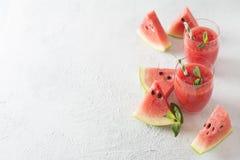 与切片的西瓜圆滑的人薄菏果子和叶子  免版税图库摄影