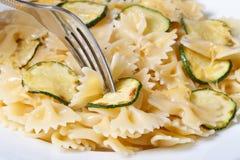 与切片的面团夏南瓜、乳酪和叉子宏指令 库存图片