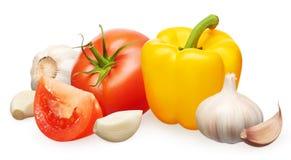 与切片,黄色喇叭花胡椒,大蒜的红色蕃茄用丁香 库存照片