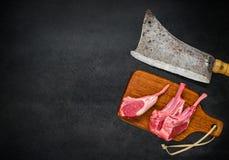 与切肉刀和拷贝空间的未加工的羊羔肋骨 免版税库存照片