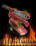 与切肉刀,食物配制概念的飞行的未加工的牛排 库存图片
