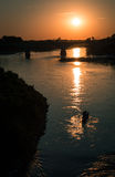 与划船者的日落桥梁的 免版税库存图片