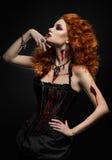 与创伤的哥特式红头发人秀丽 免版税库存照片