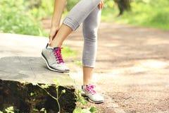与创伤脚腕的慢跑者 免版税库存图片