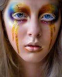 与创造性的五颜六色的彩虹构成的女孩画象 库存图片
