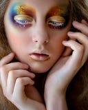 与创造性的五颜六色的彩虹构成的女孩画象 库存照片