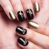 与创造性的修指甲的美丽的妇女的钉子 免版税图库摄影