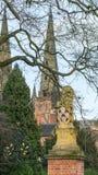 与利奇菲尔德大教堂的狮子雕象 图库摄影