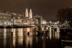 与利马特河河的Grossmünster在夜之前 图库摄影